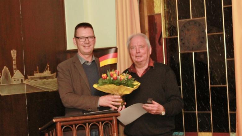 Andreas Augstein ehrt Holger Jürgens für 25 Jahre Mitgliedschaft